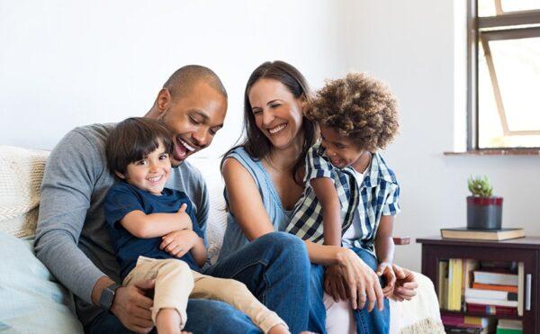 Maisons France Confort Famille heureuse dans une maison individuelle